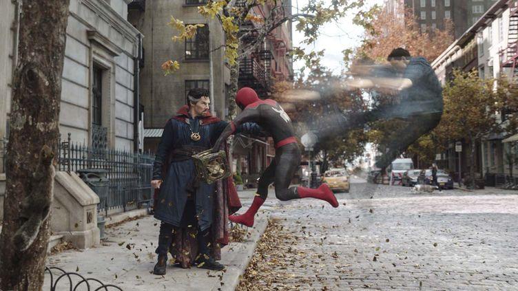 """Les acteurs Benedict Cumberbatch et Tom Holland dans """"Spider-Man : No Way Home"""" (2021) (CTMG / DR)"""