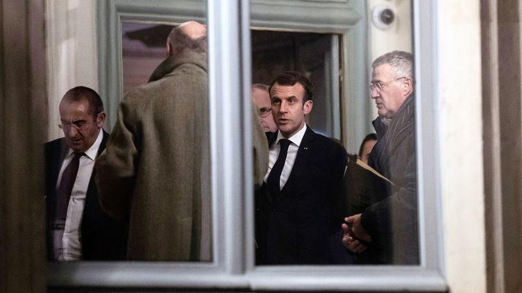 Le président de la République, Emmanuel Macron, dans la nuit du 11 au 12 décembre 2018, à Paris. (ETIENNE LAURENT / POOL / AFP)