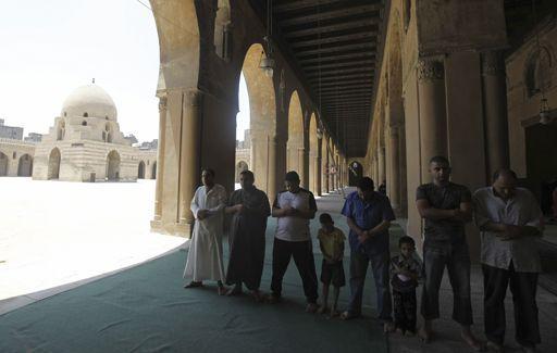 Egyptiens en train de prier à la mosquée Ibn Touloun au Caire le 20 juillet 2012. De style abbasside, cet édifice religieux, le plus ancien de la capitale égyptienne, a été construit de 876 à 879 de notre ère. (REUTERS - Amr Abdallah Dalsh)