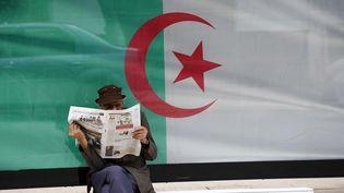 Unhomme lit son journal à Alger, le 7 juin 2020. (BILLAL BENSALEM / NURPHOTO)