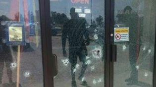 Capture d'écran de la télévision CNN, montrant la façade criblée de balle du centre de recrutement militaire deChattanooga (Tennessee). (CNN)
