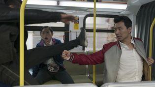 """Awkwafina et Simu Liu dans """"Shang-Chi et la légende des dix anneaux"""" deDestin Daniel Cretton. (MARVEL STUDIOS 2021)"""