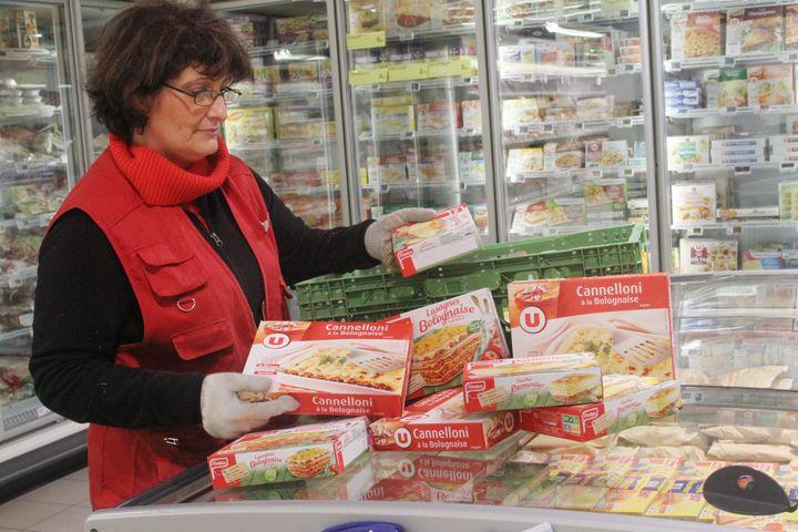 Anne, responsable du rayon surgelés du Super U de Wittelsheim (Haut-Rhin), retire les cannellonis de la marque U, le 11 février 2013. ( MAXPPP)