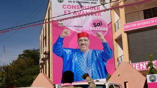 Une affiche du candidat du parti au pouvoir, Mohamed Bazoum à Niamey, la capitale du Niger, le 6 décembre 2020 (BOUREIMA HAMA / AFP)