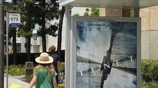 """L'affiche publicitaire annonçant la sortie du film """"Tenet"""" deChristopher Nolan, le 27 juin 2020, à Los Angeles. (ANTHONY MCCARTNEY /AP / SIPA)"""