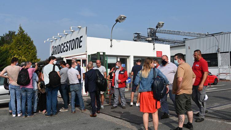 Des employés se rassemblent dans la cour de l'usine du fabricant de pneus japonais Bridgestone à Béthune (Pas-de-Calais), après l'annonce de la fermeture du site, le 16 septembre 2020. (DENIS CHARLET / AFP)
