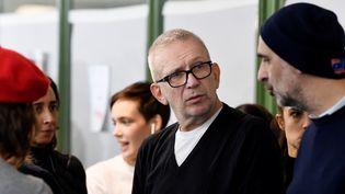 Jean Paul Gaultier (G) dans les coulisses de son défilé printemps-été 2019, à Paris avec le directeur de casting, Tanel Bedrossiantz (D). (ALAIN JOCARD / AFP)