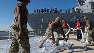 Des militaires américains se préparent au passage de l'ouragan Dorian, le 29 août 2019 à Jacksonville (Floride). (US NAVY / REUTERS)