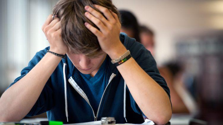 Un professeur de lettres a piégé ses élèves en glissant de fausses informations sur internet. Ici, un élève planche sur le sujet de philosophie au bac. (MARTIN BUREAU / AFP)