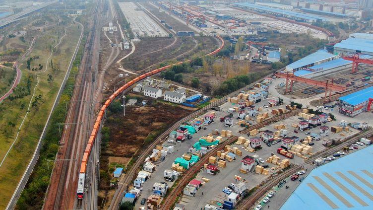 Une vue aérienne d'un train de fret à Zhengzhou (Chine), le 20 novembre 2020, à destination d'Helsinki (Finalnde) (HAO YUAN / XINHUA / AFP)