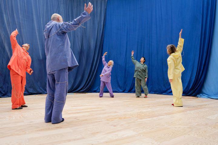 """Vue de l'exposition d'Ulla von Brandenburg, """"Le Milieu est bleu"""", au Palais de Tokyo (21 février - 17 mai 2020). Performance dans l'espace de la danse. (photo : Aurélien Mole)"""