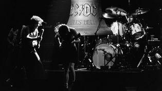 Le groupe AC/DC en concert au palais omnisport de Bercy à Paris, le 15 septembre 1984. (JEAN-CLAUDE COUTAUSSE / AFP)