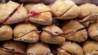 Si la consommation de hamburgers a explosé en France, le jambon-beurre connaît quand même une croissance annuelle de 2 à 3%. (MIGUEL PEREIRA / CULTURA CREATIVE / AFP)