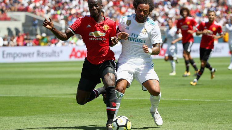 Le défenseur ivoirien de Manchester United, Eric Bailly (en rouge, à gauche), à la lutte avec le latéral brésilien du Real Madrid, Marcelo (en blanc, à droite). (EZRA SHAW / GETTY IMAGES NORTH AMERICA)