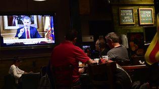 Des habitants de Barcelone écoutent l'allocution du roi d'Espagne, Felipe VI, dans un bar, mardi 3 octobre 2017. (PIERRE-PHILIPPE MARCOU / AFP)