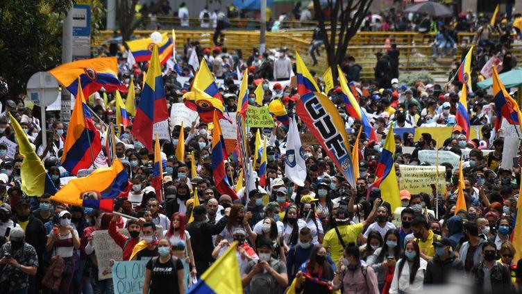 Des manifestants contre la politique du gouvernement dans les rues de Bogota, la capitale de la Colombie, le 5 mai 2021. (JUAN BARRETO / AFP)