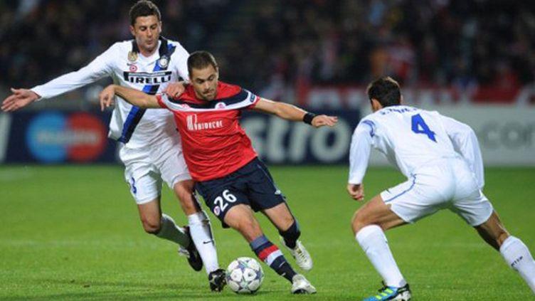 Joe Cole (Lille) face aux défenseurs de l'Inter Milan