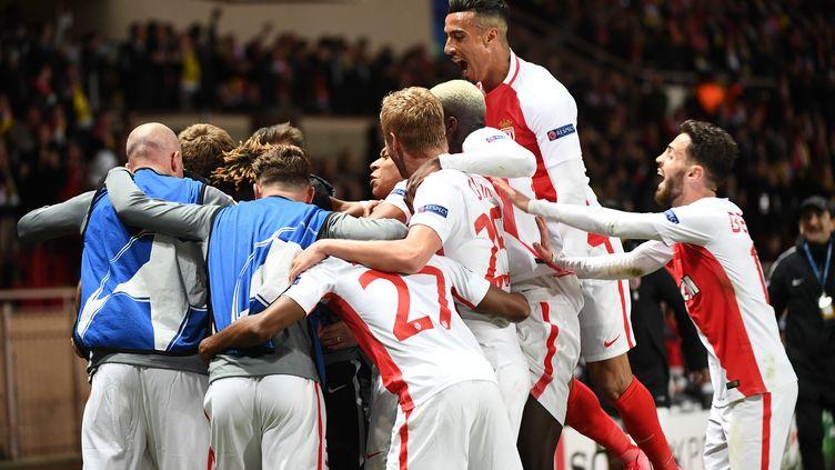 Les joueurs de l'AS Monaco célèbrent le 3e but marqué contre le Borussia Dortmund, au stade Louis-II, le 19 avril 2017, en quart de finale retour de la Ligue des champions. (BORIS HORVAT / AFP)