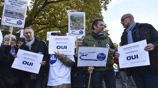 Des militants favorables au projet d'aéroport pendant une manifestation devant la préfecture de Nantes, le 5 novembre 2016. (JEAN-FRANCOIS MONIER / AFP)