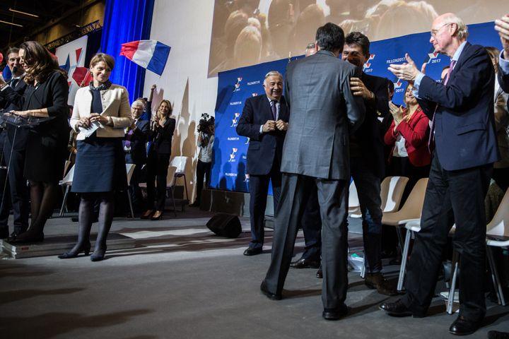 François Fillon salue Henri de Castries lors d'un meeting à Paris, le 25 novembre 2016. (HAMILTON / REA)