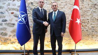 Le ministre des Affaires étrangères turc,Mevlüt Cavusoglu, et le sécrétaire général de l'Otan,Jens Stoltenberg, lors d'une rencontre à Istanbul, le 11 octobre 2019. (FATIH AKTAS / ANADOLU AGENCY / AFP)