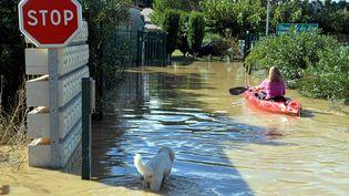 Une ruede la ville de Mèze (Hérault) submergée par les eaux, vendredi 14 octobre. (MAXPPP)
