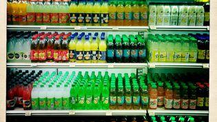 Un rayonnage de sodas et de boissons sucrées dans un supermarché français, le 2 avril 2015. (VOISIN / PHANIE / AFP)