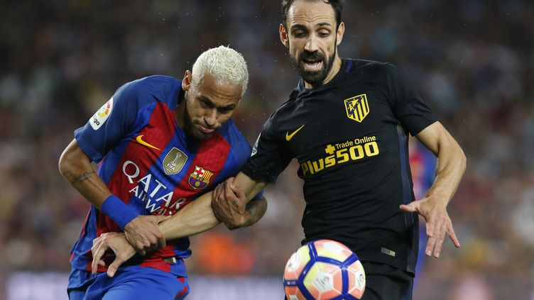 Neymar et Juanfran à la lutte lors de la rencontre FC Barcelone-Atletico Madrid (PAU BARRENA / AFP)