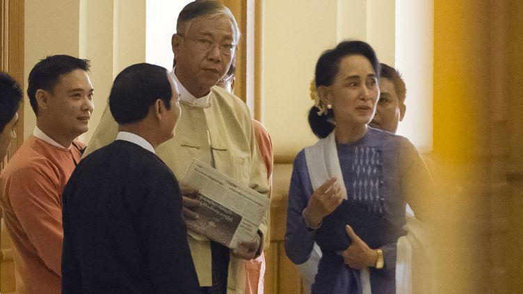 Htin KyawetAung San Suu Kyi au parlement birman àNaypyidaw, le 11 mars 2016. (YE AUNG THU / AFP)