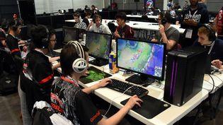 Des joueurs de jeux videos participent à la eSports World Convention, au Palais des Congrés de Bordeaux (Gironde), le 1er juillet 2017. (MEHDI FEDOUACH / AFP)