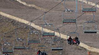 Dans cette station de ski près de Santiago du Chili, il a fallu installer des canons à neige artificielle pour compenser les faibles précipitations, le 1er juillet 2015. (UESLEI MARCELINO / REUTERS)