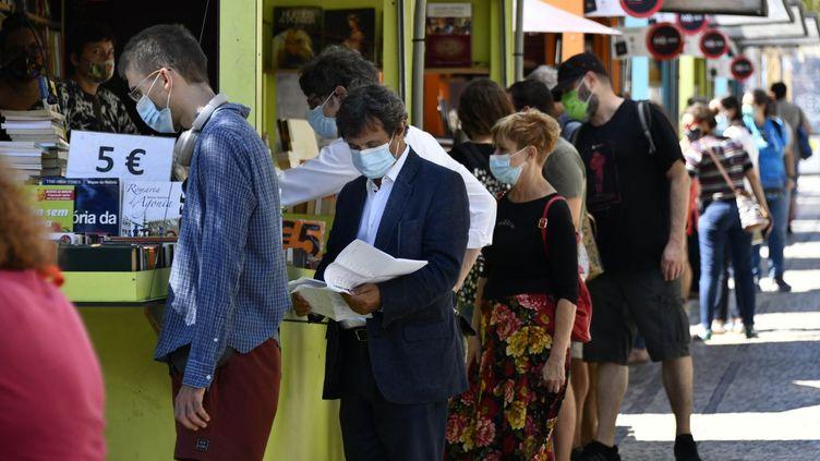 Des personnes masquées lors de la foire du livre à Lisbonne (Portugal), le 27 août 2020. (JORGE MANTILLA / NURPHOTO / AFP)