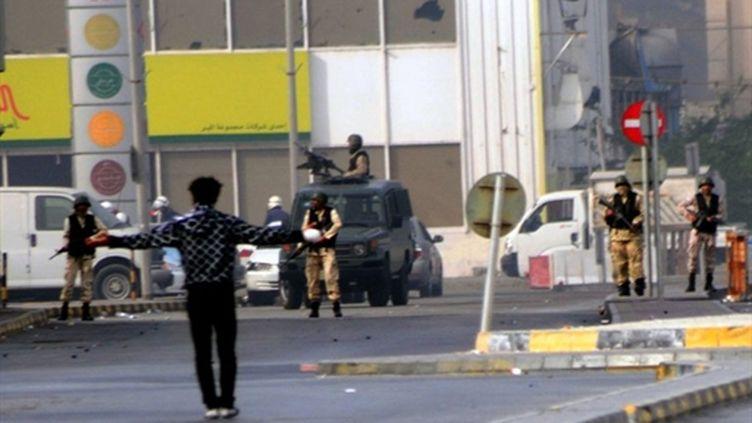Un homme fait face aux soldats, place de la Perle, après l'assaut violent contre le campement des manifestants (AFP / James Lawler Duggan)