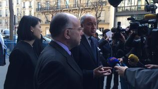 Le ministre de l'Intérieur Bernard Cazeneuve, la ministre de la Culture Fleur Pellerin et le ministre des Affaires étrangères, Laurent Fabius devant TV5 Monde à Paris,le 9 avril 2015. (BENOIT ZAGDOUN / FRANCETV INFO)