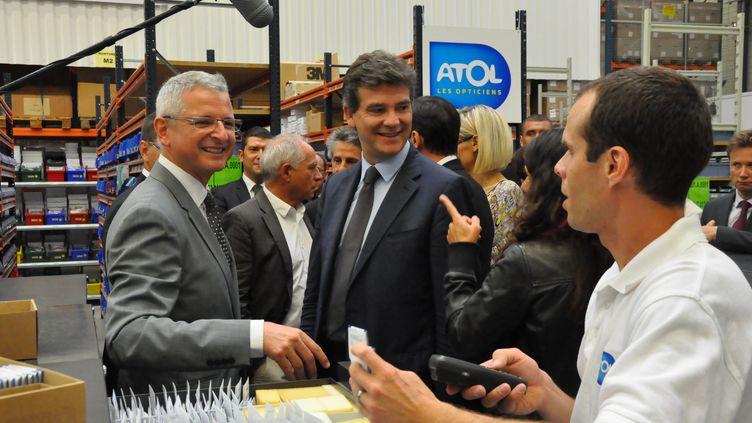 Le ministre de l'Economie Arnaud Montebourg en visite sur le site de l'opticienAtol à Beaune (Côte-d'Or), le 27 août 2012. (MAXPPP)