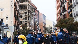 Les pompiers utilisent une échelle pour s'approcher d'un bâtiment endommagé par une forte explosion à Madrid (Espagne), le 20 janvier 2021. (GABRIEL BOUYS / AFP)