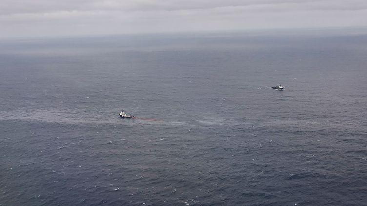 """Le navire """"L'Argonaute"""" installe un barrage de confinement d'hydrocarbures sur la zone de naufrage du """"Grande America"""", le 16 mars 2019, dans le golfe de Gascogne. (MARINE NATIONALE)"""