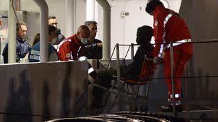 Deux secouristes transportant un survivant, lundi 20 avril à Canatne (Italie). (ALBERTO PIZZOLI / AFP)