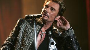 Le chanteur Johnny Hallyday sur la scène de Bercy, à Paris, lors d'un concert le 29 septembre 2006. (FRED DUFOUR / AFP)