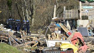 Des gendarmes évacuent les opposants au site de déchets nucléaires à Bure (Meuse) le 22 février. (JEAN-CHRISTOPHE VERHAEGEN / AFP)