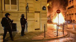 Des voitures ont été incendiées dans les rues de Paris, après la défaite du PSG en finale de la Ligue des champions, le 23 août 2020. (JULIEN MATTIA / ANADOLU AGENCY)