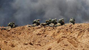 Des soldats israéliens, à la frontière avec Gaza, le 14 mai 2018. (BAZ RATNER / REUTERS)