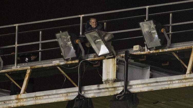 Un technicien tente de réparer les projecteurs endommagés (DANI POZO / AFP)