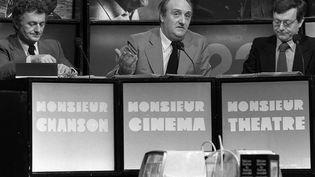 """Pierre Tchernia (au centre), sur le plateau de l'émission """"Monsieur Cinéma"""", en 1977. (ZIHNIOGLU / SIPA)"""