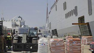 Le porte-hélicoptère français, le Tonnerre, en cours de déchargement au port de Beyrouth, le vendredi 14 août. (JOSEPH EID / AFP)