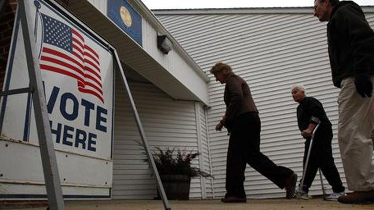 Des électeurs arrivent à la mairie de Nottingham (New Hampshire) pour voter dans le cadre de la primaire de l'Etat, le 10 janvier 2012. (REUTERS - Eric Thayer)