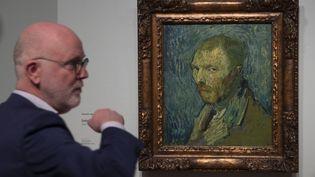 """Louis van Tilborgh, chercheur au musée d'Oslo, à côté de La toile de Van Gogh baptisée """"Self Portrait"""", peinte en 1889 lorsque l'artiste souffrant de psychose séjournait dans un asile psychiatrique à Saint-Rémy-de-Provence. (PETER DEJONG/AP/SIPA / SIPA)"""