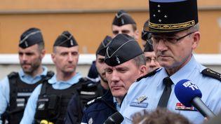 Le directeur général de la gendarmerie nationale Richard Lizurey (à droite) rend hommageau lieutenant-colonel Arnaud Beltrame, qui s'est substitué à une otage dans l'attentat de Trèbes, dimanche 25 mars 2018 à Carcassonne (Aude). (ERIC CABANIS / AFP)