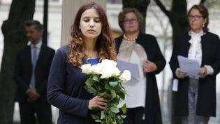 Une jeune femme lors de la cérémonie d'hommage aux victimes du terrorisme à l'Hôtel des Invalides, le 19 septembre 2016 à Paris. (MICHEL EULER / AFP)