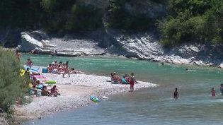 Drôme : touristes et locaux profitent des températures estivales, les pieds dans l'eau (France 2)